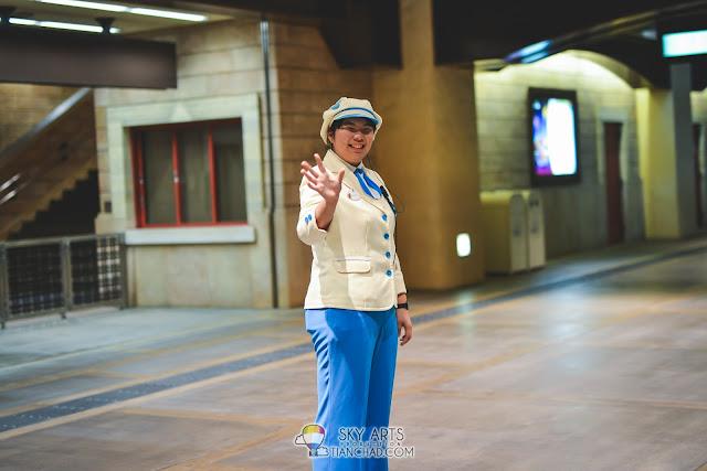 Sweet goodbye in Tokyo Disneyland