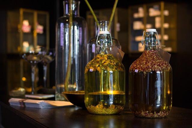 Hierbas secas macerando en aceite para transferir sus propiedades