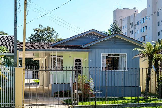 Casa de madeira na Eduardo Geronasso