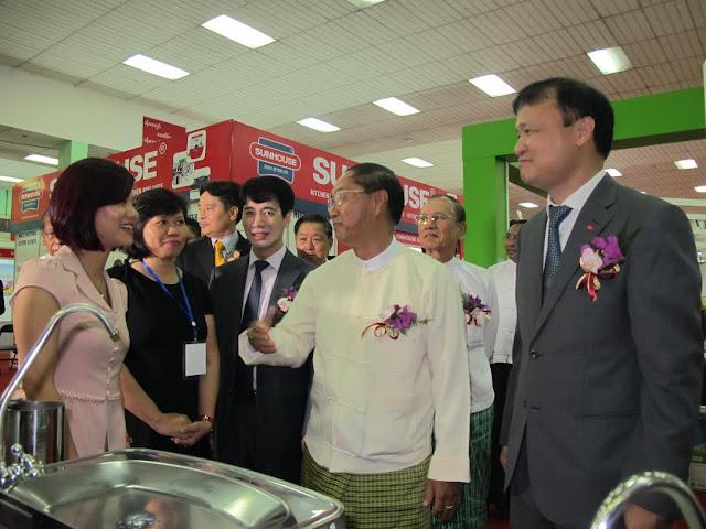 www.goldenmark.org - Đại biểu thăm các Gian hàng tại Hội chợ