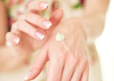 Kiểm tra dị ứng trên tay với sữa dưỡng trắng trị nám transino