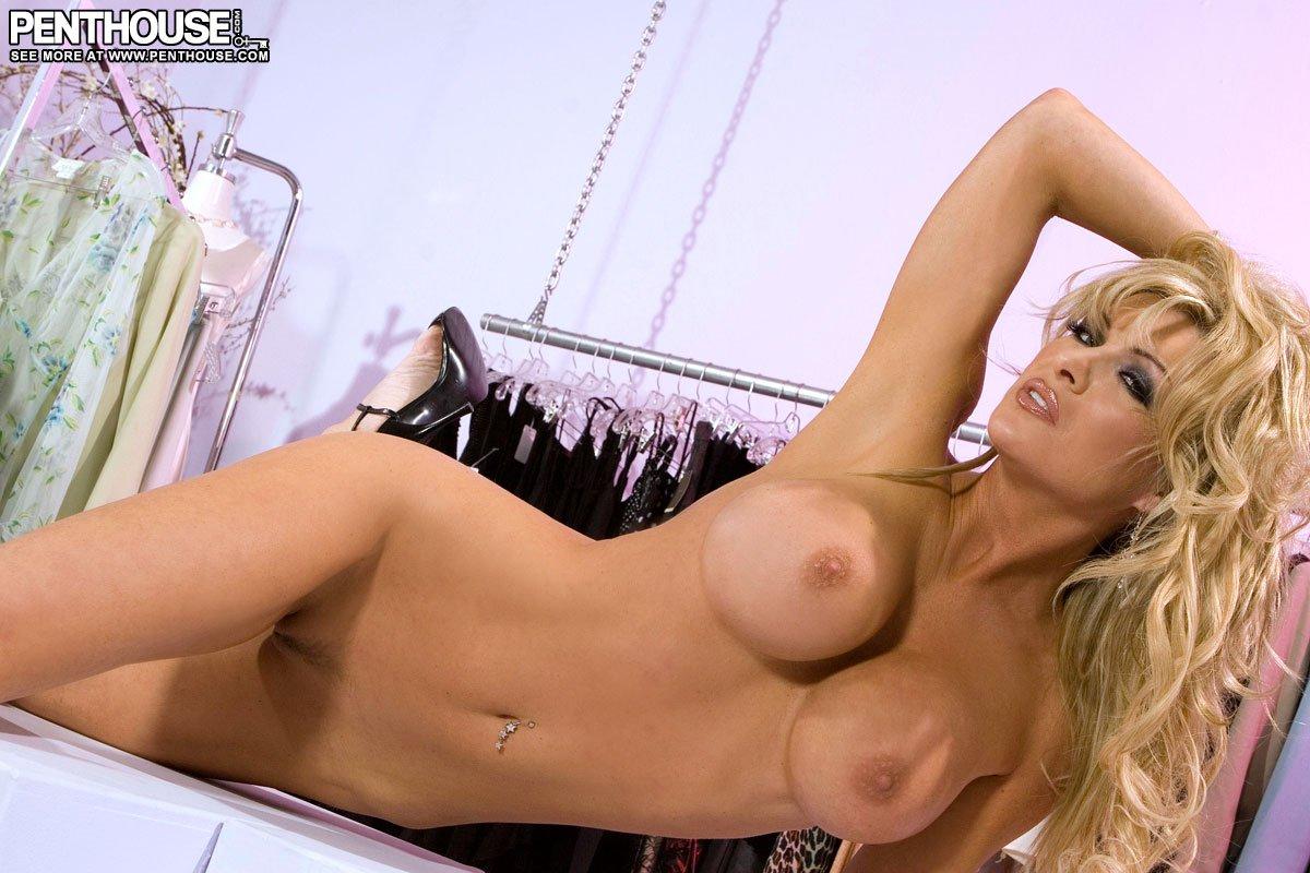 Cum on ashton while she dances
