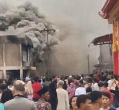 Warga menyaksikan kebakaran yang menghanguskan 33 rumah di Labuhanbatu.