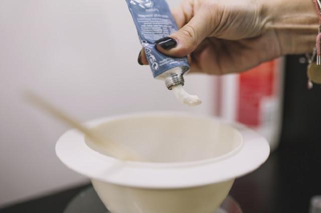 Mujer preparando un tinte para el cabello