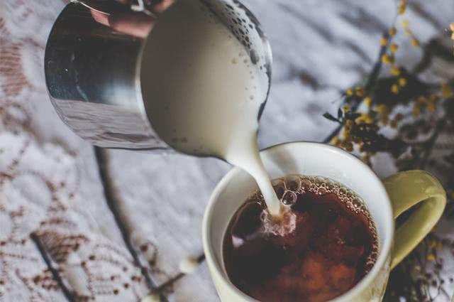 Leite com chá (Imagem: Reprodução/Chá Benefícios)