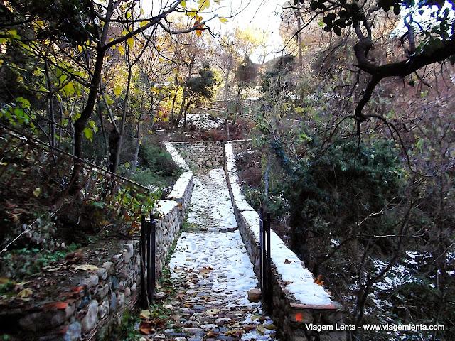 Chegada pela trilha no monastério de Varlaam