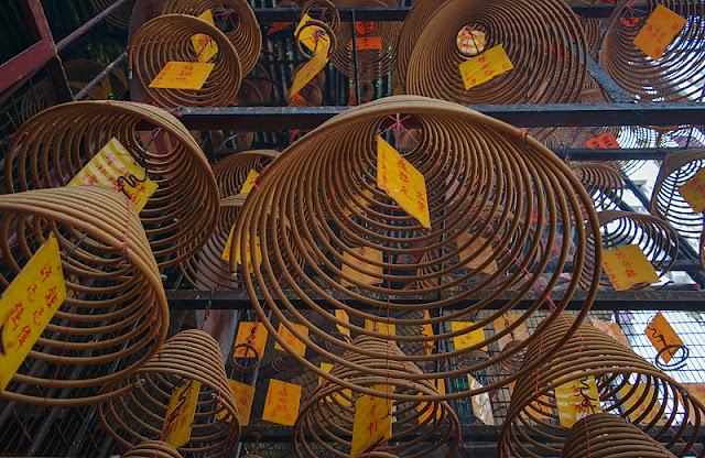 Spirales d'encens dans un temple chinois à Hong Kong