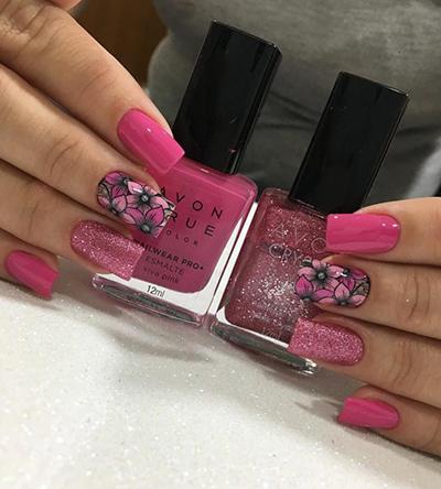 unhas com florzinhas e glitter