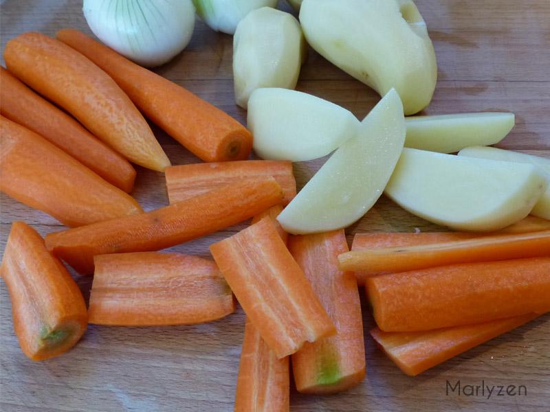 Coupez les pommes de terre et les carottes.