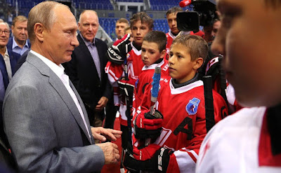 Vladimir Putin with junior hockey teams in Shaiba arena.