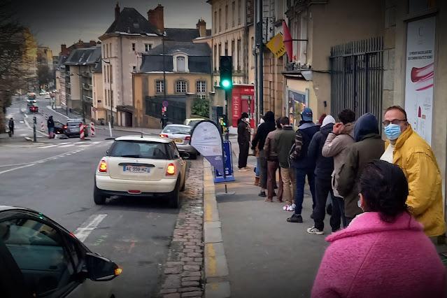 La file d'attente devant le bureau de tabac Rue Gambetta - Rennes (14 Février2021)