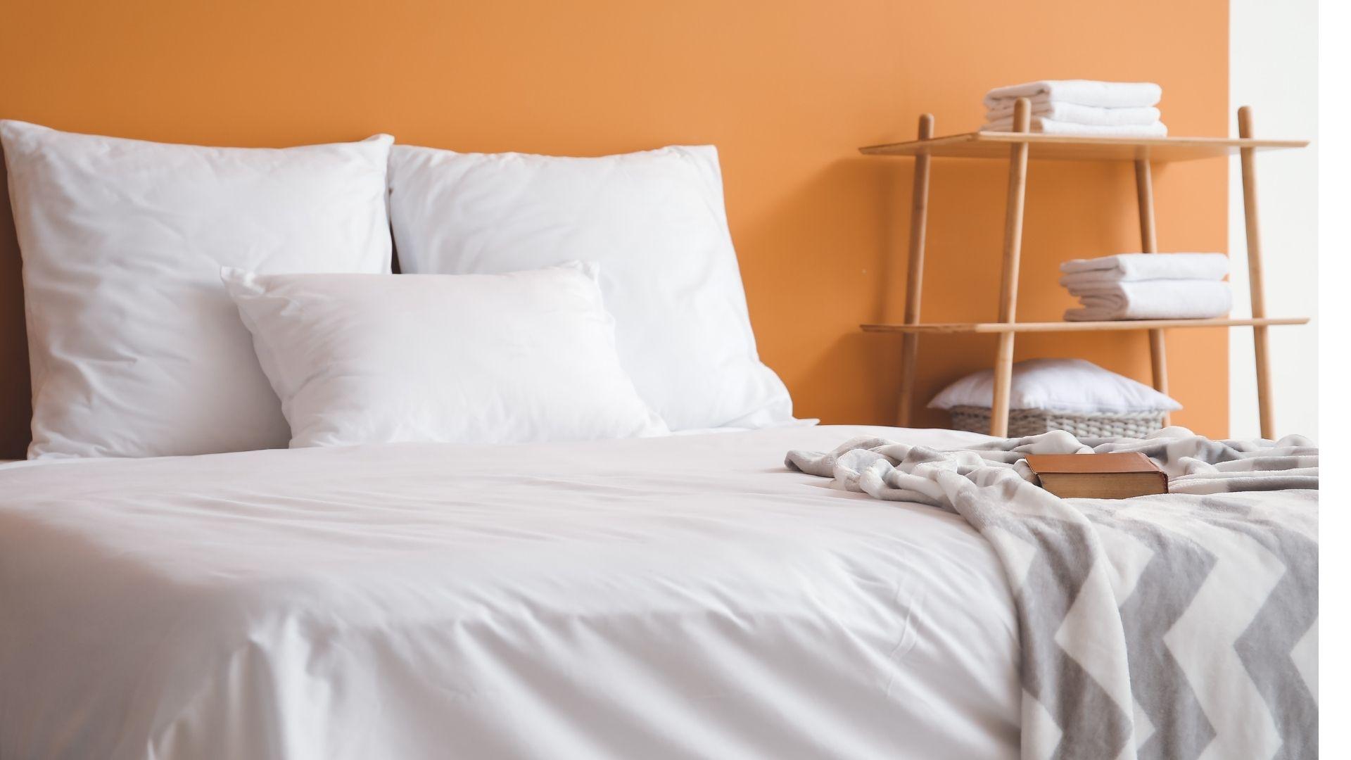 sypialnia w kolorze pomarańczowym