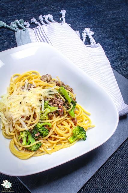 Pasta mit italienischer Bratwurst und Brokkoli