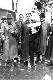 Von Braun (centro) al rendirse
