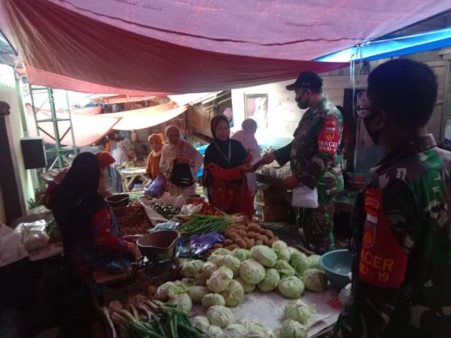 Babinsa Blusukan ke Pasar Blado Bagikan Masker Secara Gratis