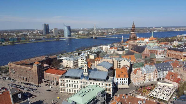 vistas de zona moderna Riga desde campanario de san pedro