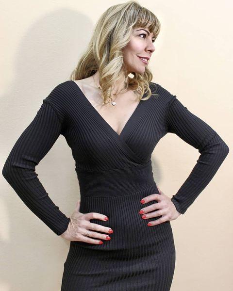 Midi μαύρο φόρεμα (one size) πολύ ελαστικό με άνοιγμα στο στήθος & την πλάτη.