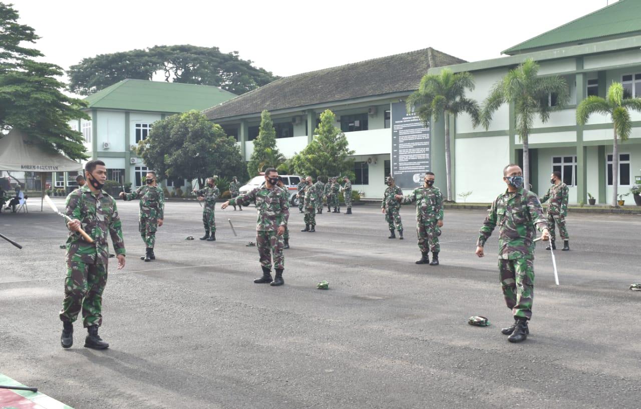 Prajurit Korem 043Gatam Tingkatkan Kemampuan Berlatih Double Stick.