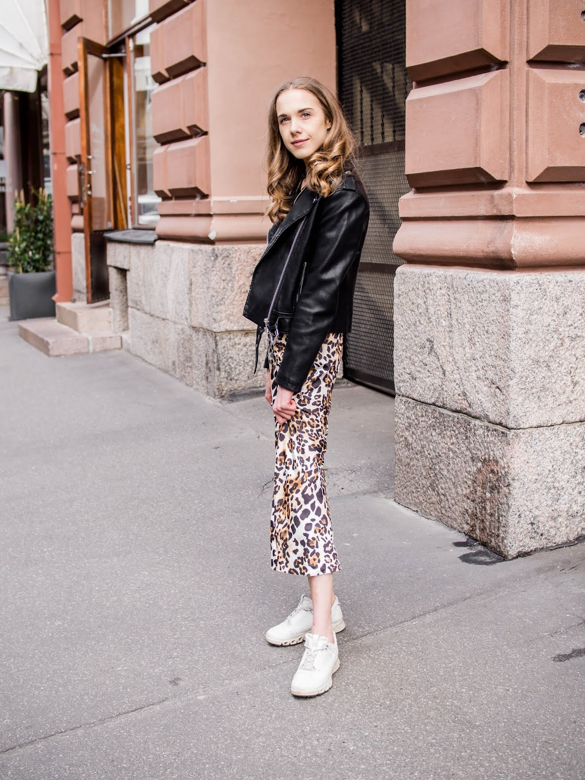 Outfit inspiration with bias cut leopard print midi skirt - Asuinspiraatio: satiininen leopardihame