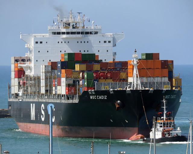 Portacontainer MSC Cadiz, IMO 9480203, rimorchiatore CTE Contini, Livorno