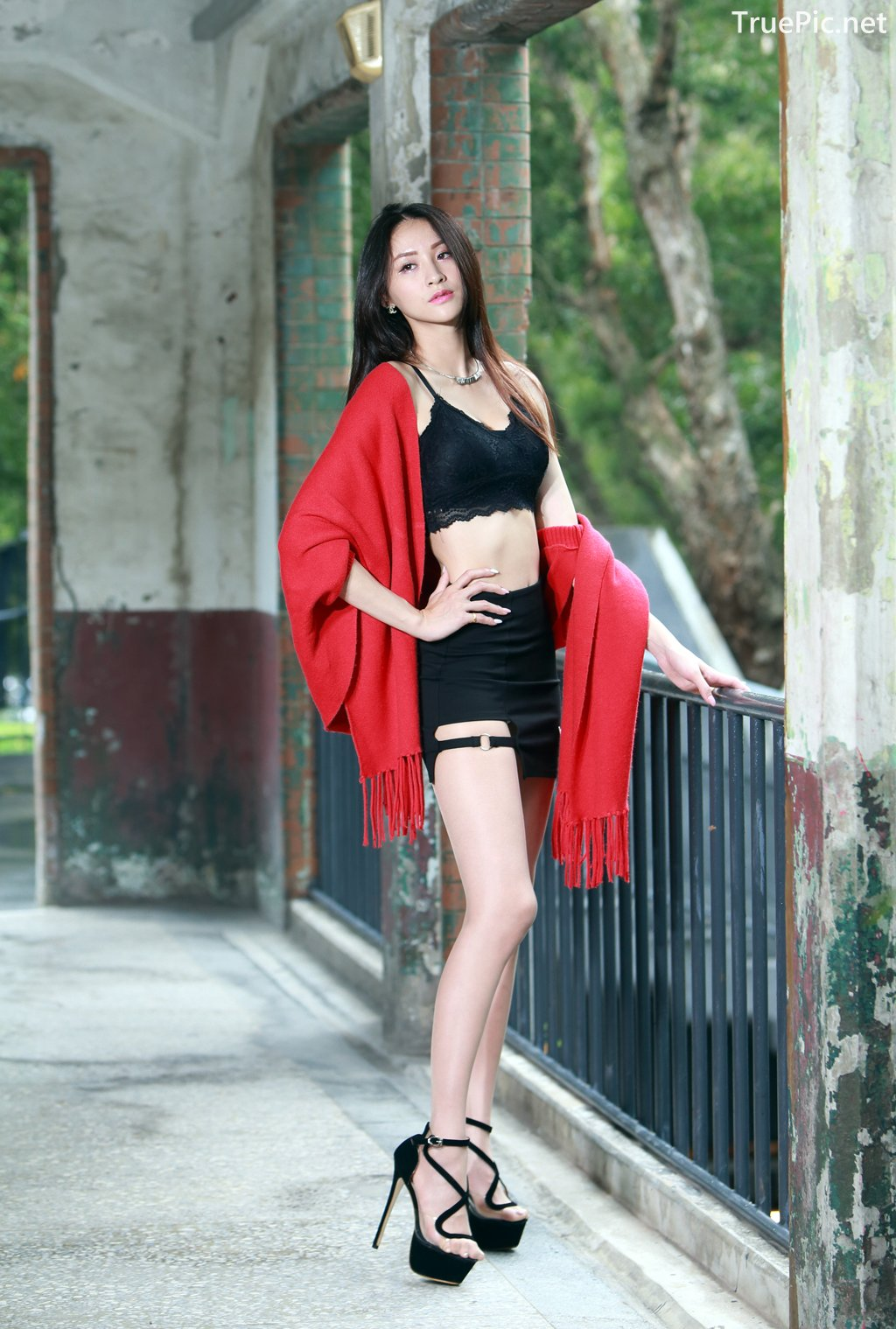 Image-Taiwanese-Beautiful-Long-Legs-Girl-雪岑Lola-Black-Sexy-Short-Pants-and-Crop-Top-Outfit-TruePic.net- Picture-6