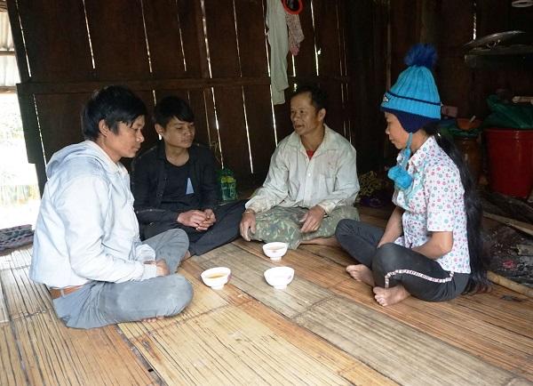 Già A Tóc kể về phong tục Tết Khỉ của người Ca Dong cho lớp trẻ