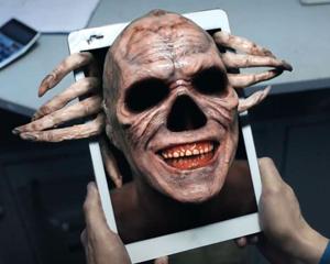 demonio saliendo de teléfono móvil