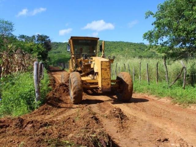 Crato retoma recuperação de estradas da zona rural