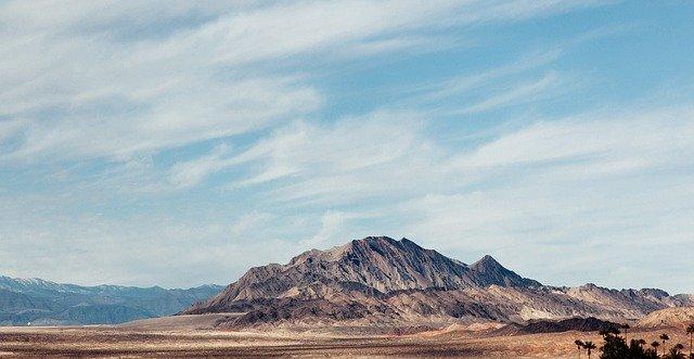 gambar ilustrasi gunung dan langit
