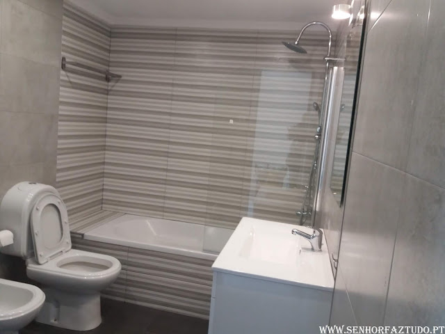 Nesta casa de banho foram feitos os trabalhos de colocação de revestimento cerâmico nas paredes e no chão, reinstalação de loiças sanitárias e instalação de um novo móvel com lavatório e espelho.