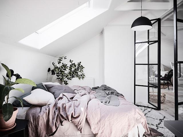 dormitor cu usi din sticla