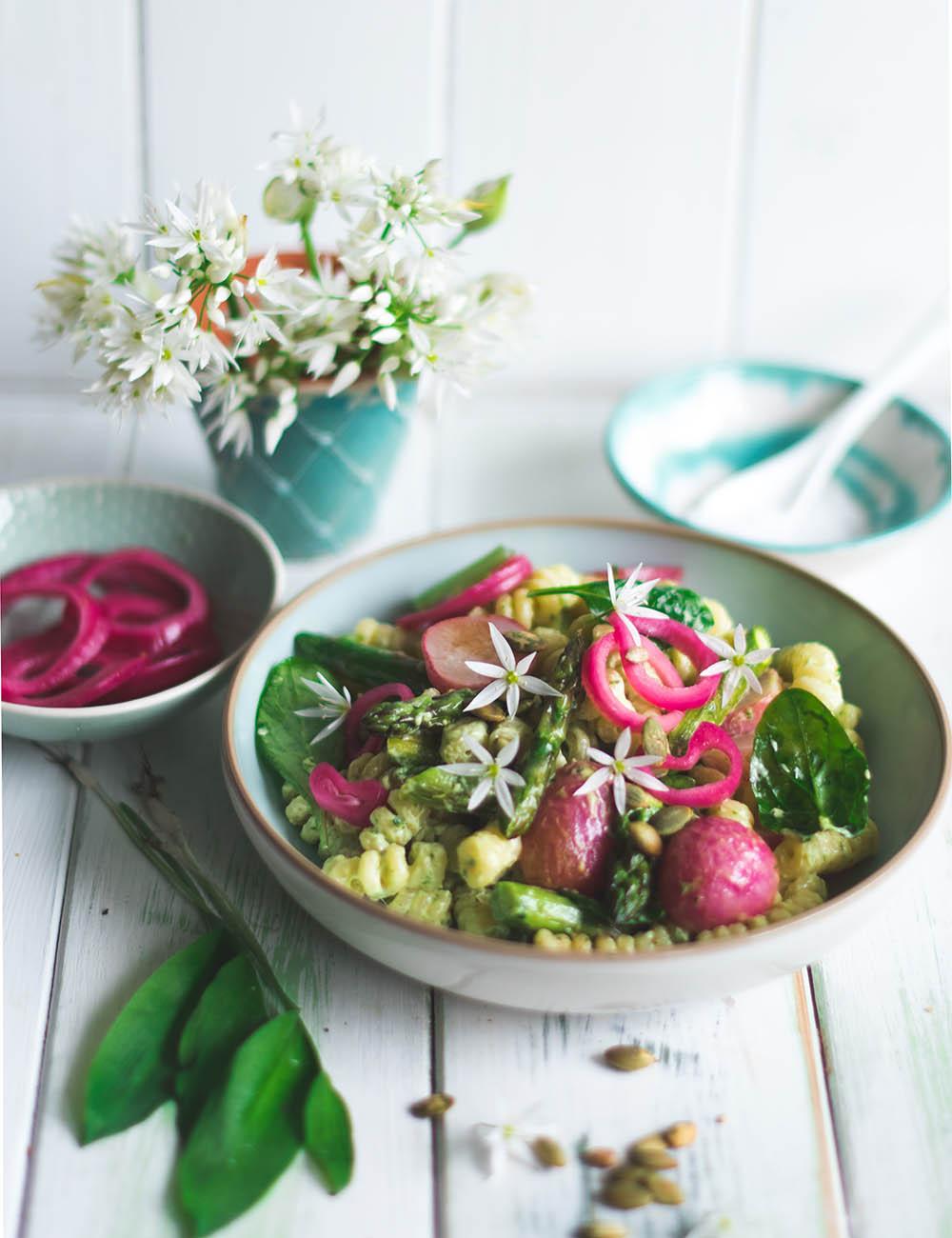 Frühlings-Nudelsalat, Spargel, Bärlauch und Blüten