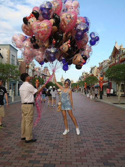 Hong Kong Disneyland ; picture with the balloons