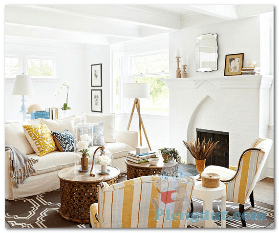 Ide 01: Desain putih dan list orange dengan meja rotan dan karpet coklat akan menambah suasana ruangan lebih elegan