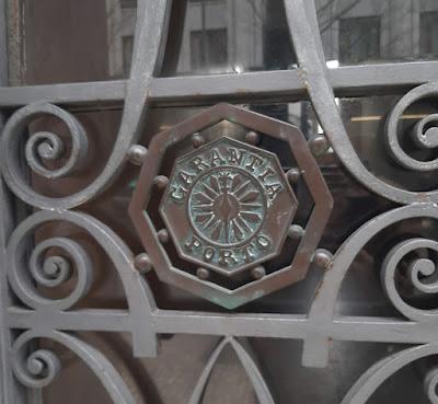 detalhe de ferro forjado numa porta de edifício