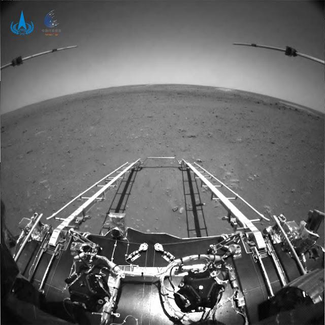 Foto em preto e branco liberada pela China mostra o rover Zhurong na superfície de Marte