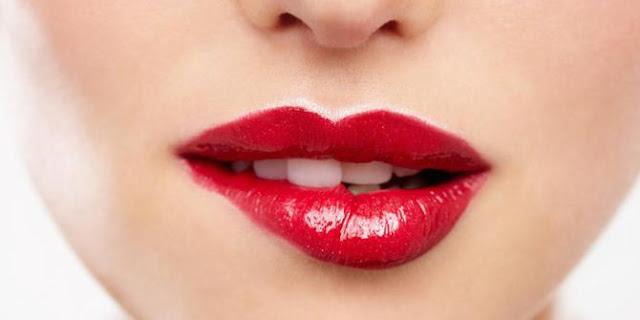 Cara memerahkan bibir dengan cepat dan alami