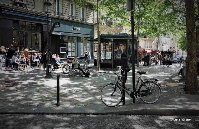 A rue des Martyrs é uma das ruas mais apetitosas de Paris. Além de bares e restaurantes, confeitarias, padarias e queijarias de qualidade contribuem para a riqueza cultural do bairro.