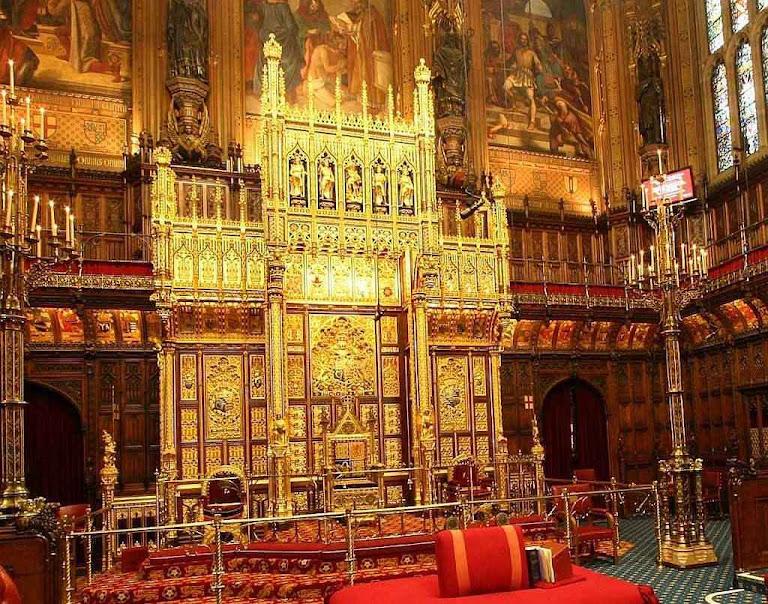 Câmara dos Lordes, trono onde a rainha inaugura as sessões do Parlamento britânico