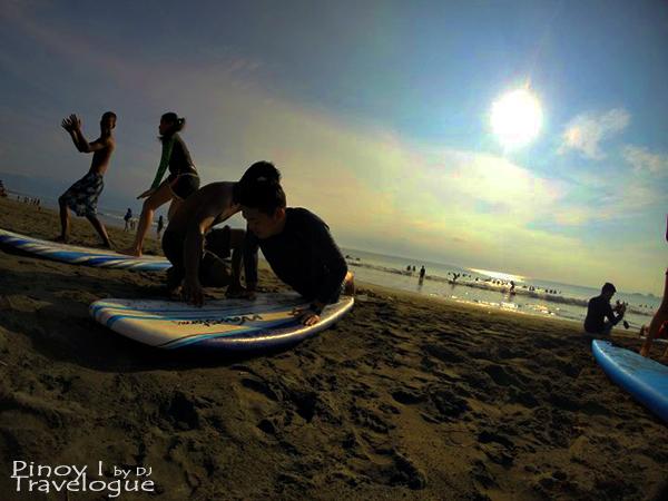 Surfing instructions in Baler beach