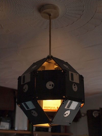 Gunakan beberapa disket untuk membuat lampu gantung hias.