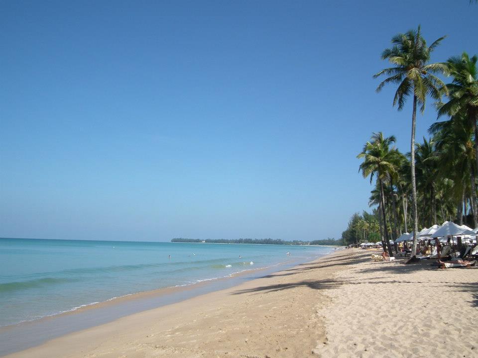 เป็นชายหาดที่เงียบสงบ มีนักท่องเที่ยวน้อย มักจะเห็นนักท่องเที่ยวมานอนอาบแดดยามเย็น