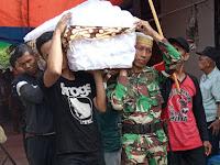 Serda Hidayat Babinsa Kelurahan Sewu Koramil 04/Jebres Hadiri Pemakaman Warga Binaan