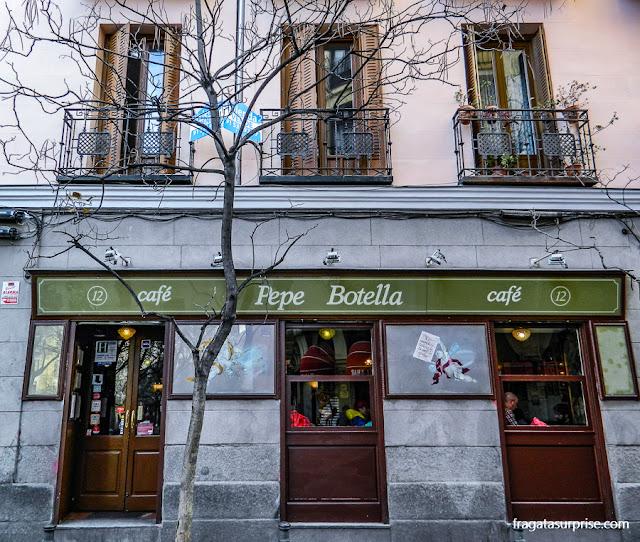 Bar no bairro boêmio de Malasaña, Madri
