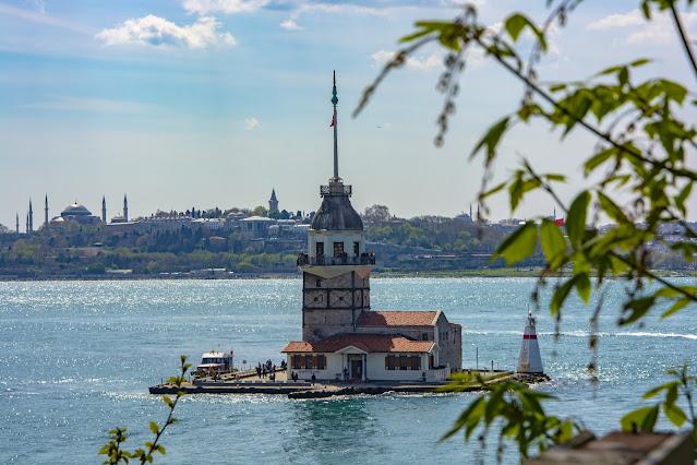 صورة لبرج الفتاة الشهير في وسط البحر في مضيق البوسفور في مدينة إسطنبول التركية
