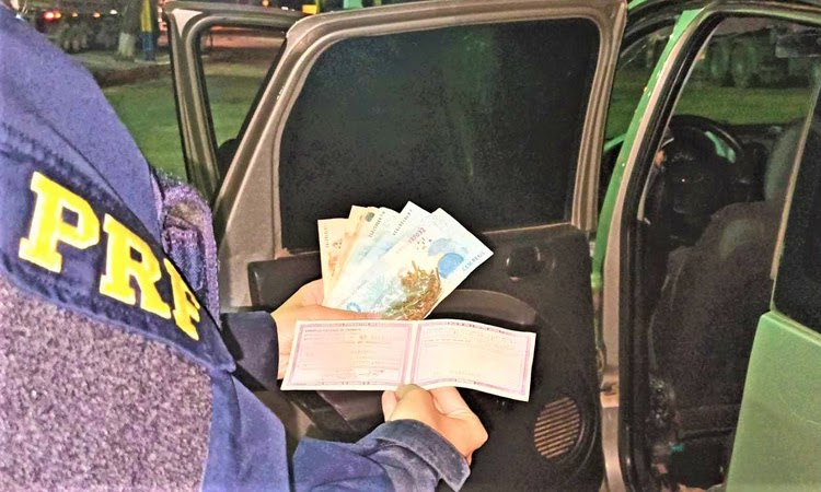 Motorista inabilitado oferece R$ 200 para não ser fiscalizado e acaba preso na BR-242