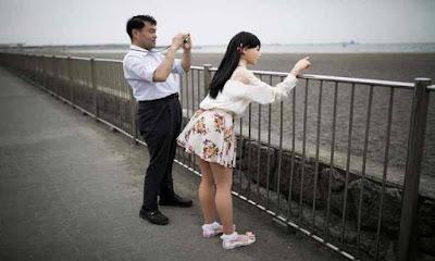 Japonês aproveitando a paisagem com boneca sexual