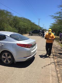 Habitantes de Pedernales colocan vehículos en forma de barricadas en la entrada principal para impedir la entrada de haitianos