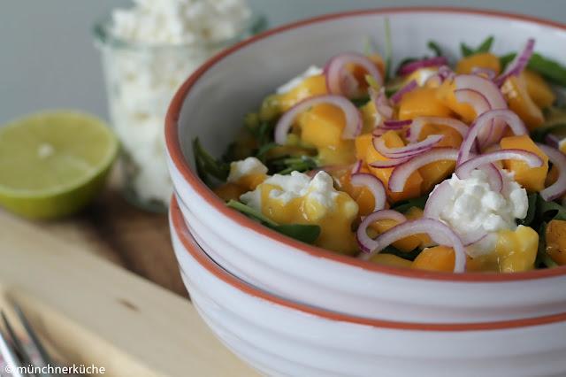 Sommersalat mit Mango, Ruccola und roten Zwiebeln.