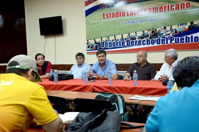 Omar Canizales (al centro), durante la conferencia de prensa en salón Adolfo Luque del estadio Latinoamericano Foto: Ricardo López Hevia